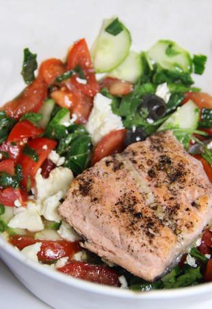 rukola: Salmon salad with rucola and olives Stock Photo