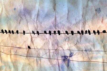 aquarel achtergrond verfrommeld papier met donkere silhouetten van duiven