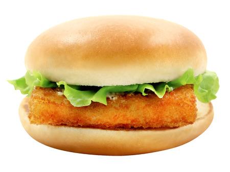 peces: Foto brillante de sabrosa hamburguesa macro con filete de pescado sobre un fondo blanco