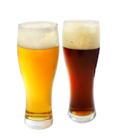 schwarzbier: Foto Glas mit dunklem Bier auf einem wei�en Hintergrund