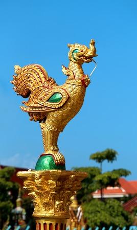 tatouage oiseau: Oiseau dragon dans les photographi� du temple bouddhiste de pr�s Banque d'images