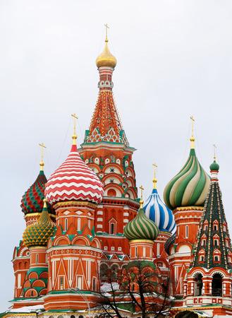 Foto's heldere mooie St Basilikskathedraal in het Kremlin van Moskou