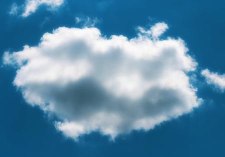 空の太陽に照らされた雲の写真