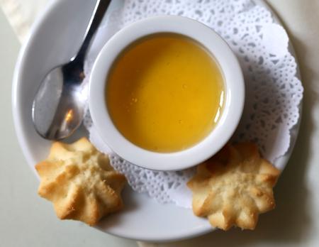 Foto van heerlijke honing en koekjes op een lichte achtergrond
