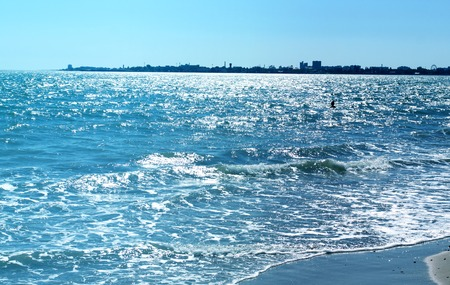Photo sunny day seascape with strong waves