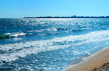 Photo sunny day seascape with strong waves Banco de Imagens - 81603983