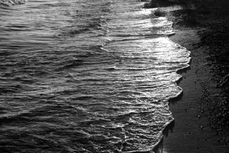 海泡強い波と砂浜海岸の写真 写真素材