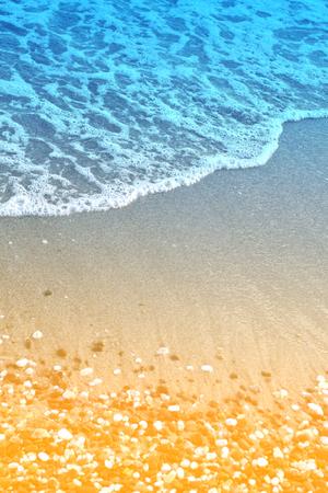 美しいブルーの波とサンドバッグの小石の写真