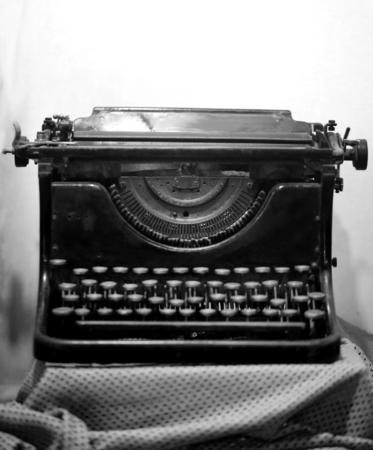 明るい背景にレトロな古いタイプライターの写真
