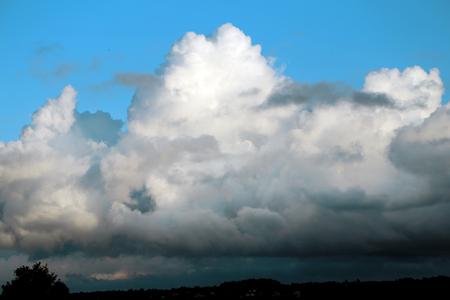 Uitstekende fotohemel met wolken zonnige dag Stockfoto