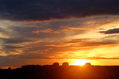 가 도시 위에 구름과 밝은 아름 다운 일몰의 사진 스톡 콘텐츠 - 86296735