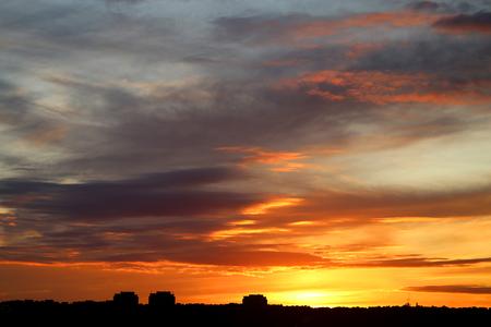 가 도시 위에 구름과 밝은 아름 다운 일몰의 사진 스톡 콘텐츠 - 86296736