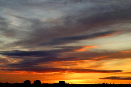가 도시 위에 구름과 밝은 아름 다운 일몰의 사진 스톡 콘텐츠 - 86296737