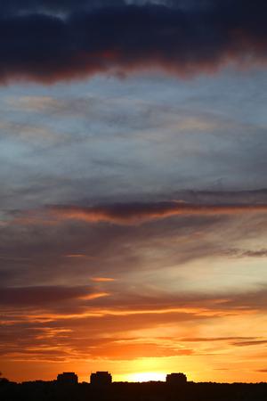 구름과 밝은 아름 다운 일몰의 사진