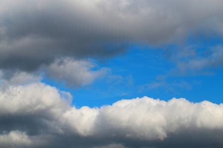 Mooie zomer foto van zon en wolken op een blauwe achtergrond Stockfoto