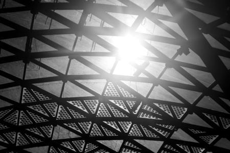 Foto van een mooi fragment van het dak van een concertzaal in het park Stockfoto - 88041869