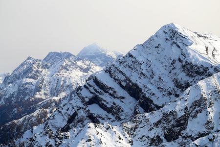 Prachtige foto's van besneeuwde bergen Zonnige heldere dag op hoogte Stockfoto