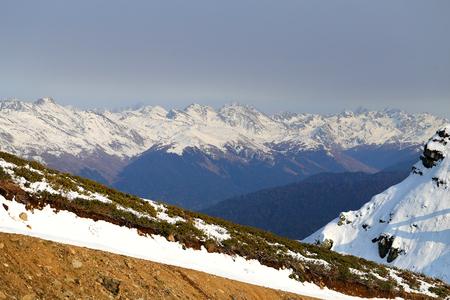 高度で雪に覆われた山々 晴れた明るい日の豪華な写真 写真素材