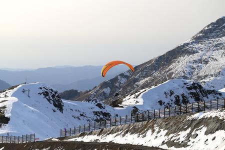 雪に覆われた山々のゴージャスな写真高度で明るい日 写真素材