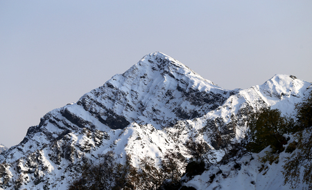 Prachtige foto's van sneeuw bedekte bergen zonnige heldere dag op hoogte Stockfoto