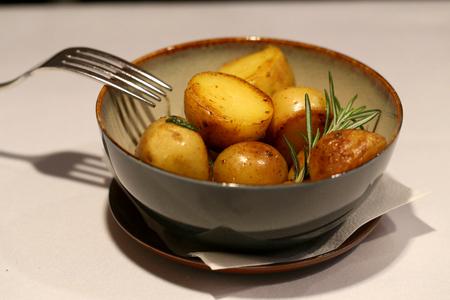 テーブルの上の皿の中の明るいおいしい焼き芋の写真