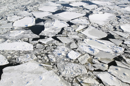 Photo large ice floes on the river in winter Banque d'images