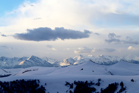 Photo magnificent mountain landscape in early spring in the Caucasus