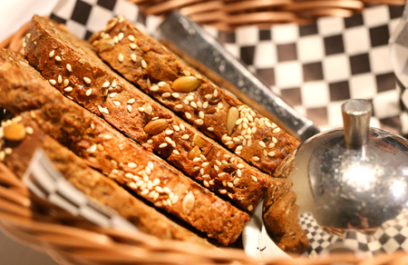 Photo macro delicious pieces of bread with seeds in the cafe