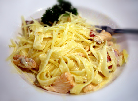 Photo macro bright tasty fettuccine with fish and cheese