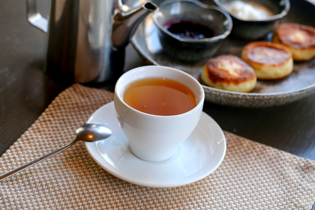 Photo background bright macro beautiful cup of tea on the table