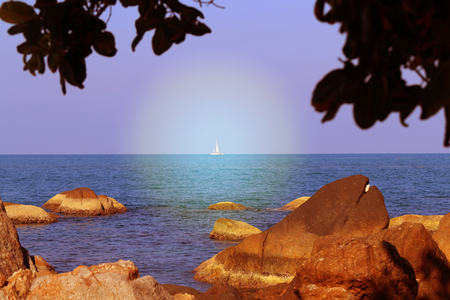 Beautiful sea landscape with yacht on the background of rocks Banque d'images - 115005513