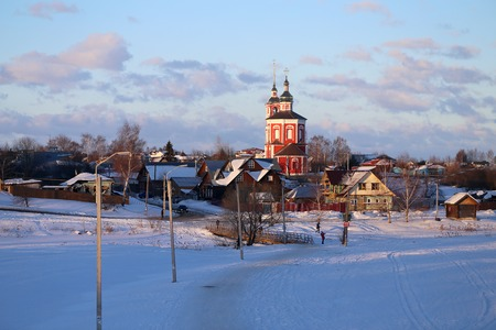Photo bright old Russian retro temple on the river in winter Suzdal