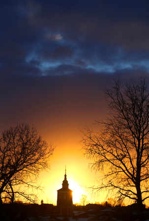 Bright photo of sunset in winter with the temple in the Russian city of Suzdal Reklamní fotografie - 118791001