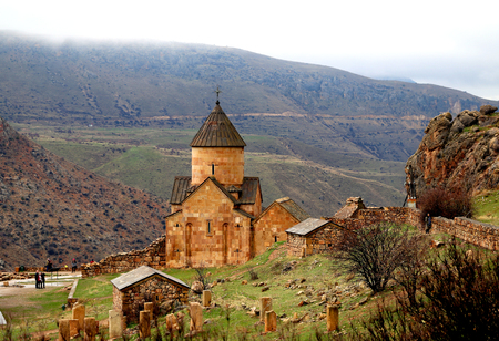 Photo landscape of a beautiful mountain area with an ancient temple in Armenia