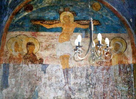 Photo de l'ancienne fresque crucifix du Christ sur le mur du temple. Banque d'images