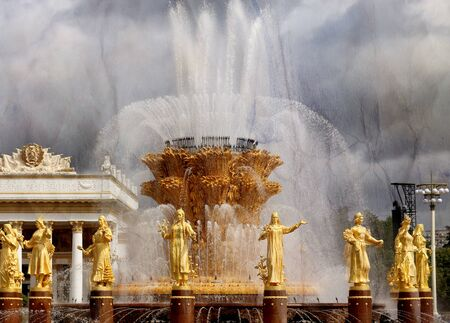Beautiful photo of the golden fountain Friendship of Peoples in Moscow in a park on a sunny day Stockfoto