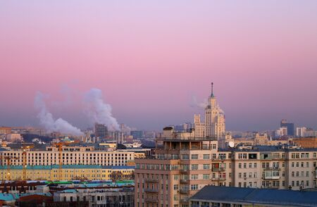 Photo beautiful at sunset skyscrapers and Soviet houses in the center of Moscow on the waterfront