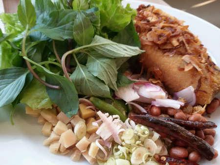 pescado frito: Pescado frito con ensalada. Foto de archivo