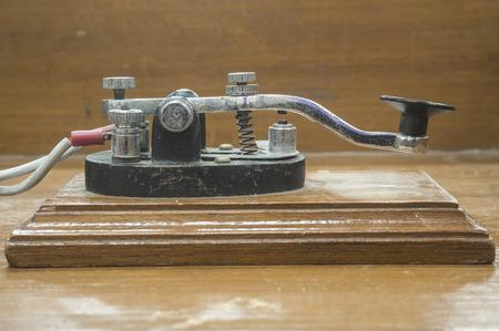 telegrama: viejo tel�grafo morse clave en la mesa de madera Foto de archivo