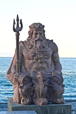 neptuno: Mar del dios Neptuno en la orilla del mar en Sochi, Sur de Rusia Editorial