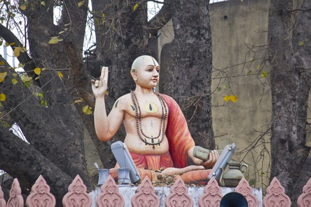 dualism: 25 de febrero 2014, Bangalore, Karnataka, India - Escultura de Shripada Madhvacharya cerca de templo hind�. Shripada Madhva (siglo 12) fue el gran fil�sofo, autor de dvaita, interpretaci�n dualista del Vedanta, una de Jagadguru, o maestros de Un