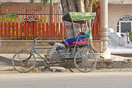 rikscha: 2. M�rz 2014, VRINDAVAN, Uttar-Pradesh, Indien - Schlaf Rikscha auf der Stra�e in Vrindavan