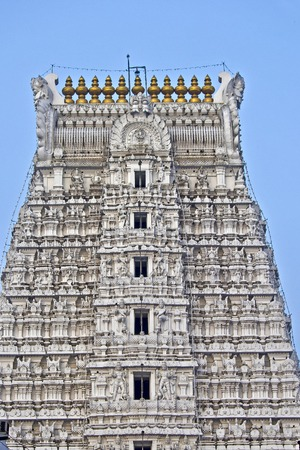 templo: Detalle de gopuram del antiguo y famoso templo Govindaraj Swami en Tirupati, Andhra Pradesh, India del Sur. Este templo dedicado a Shri Krishna Editorial