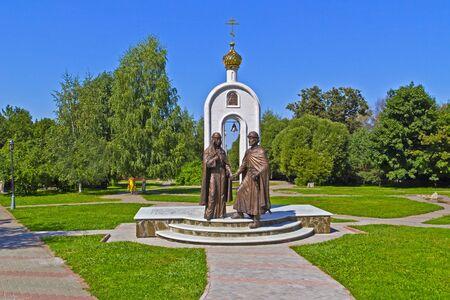 12 agosto 2015, Dmitrov, zona di Mosca, RUSSIA - Monumento dei santi Pietro e Fevronia da Murom a Dmitrov. Nella tradizione russa duce Pietro e Fevronia sono i coniugi ideali, protettori di fedeltà themartial Editoriali