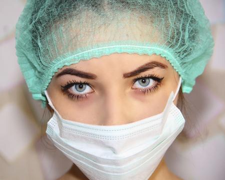 ojos azules: Retrato de un joven médico que llevaba una máscara y un sombrero
