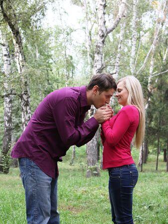 handkuss: Boy Kuss reicht ihr Mädchen Lizenzfreie Bilder