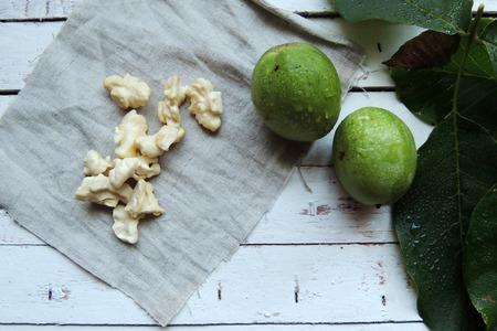 albero nocciolo: giovane noce verde tagliato vicino alla pila di noci marrone