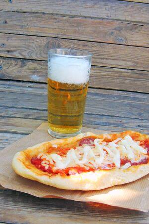 Délicieuse pizza à la bière sur une table en bois