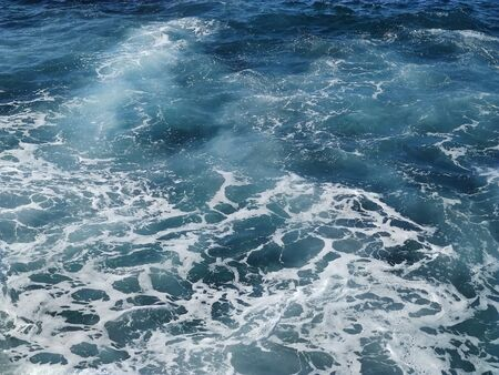 View of the sea waves from above. Sea water with foam. Banque d'images
