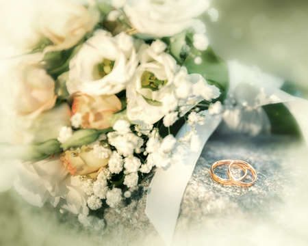 Bridal bouquet and two shining gold wedding rings Stok Fotoğraf